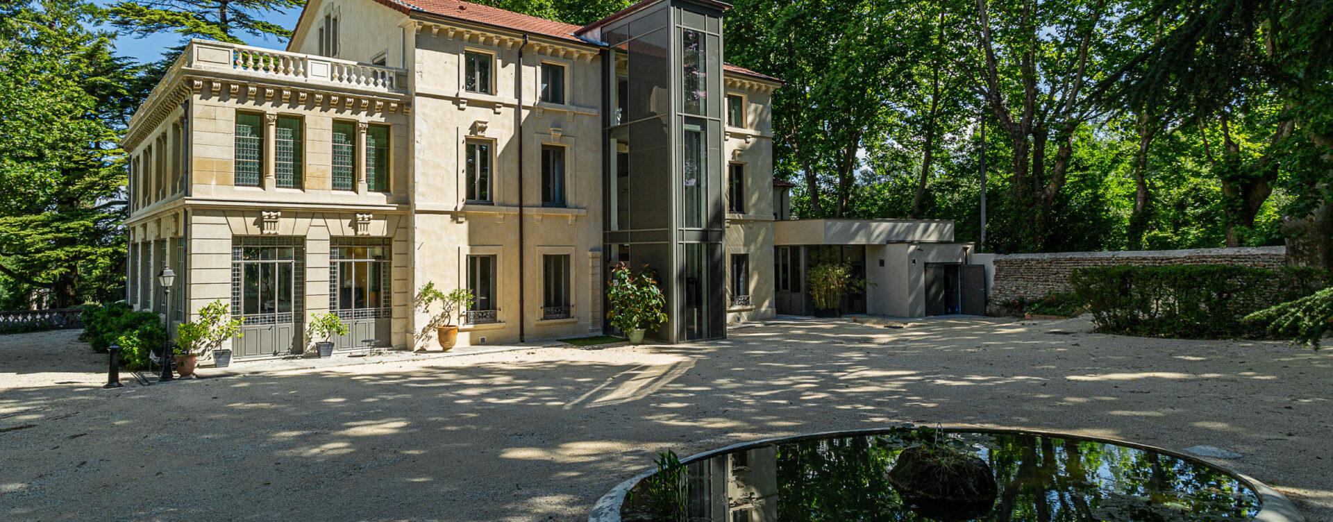 façade sur Manoir le Roure hôtel de charme drôme provençale